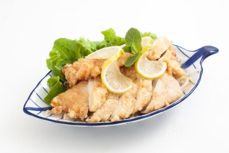 Filet de poulet frit à la sauce citron
